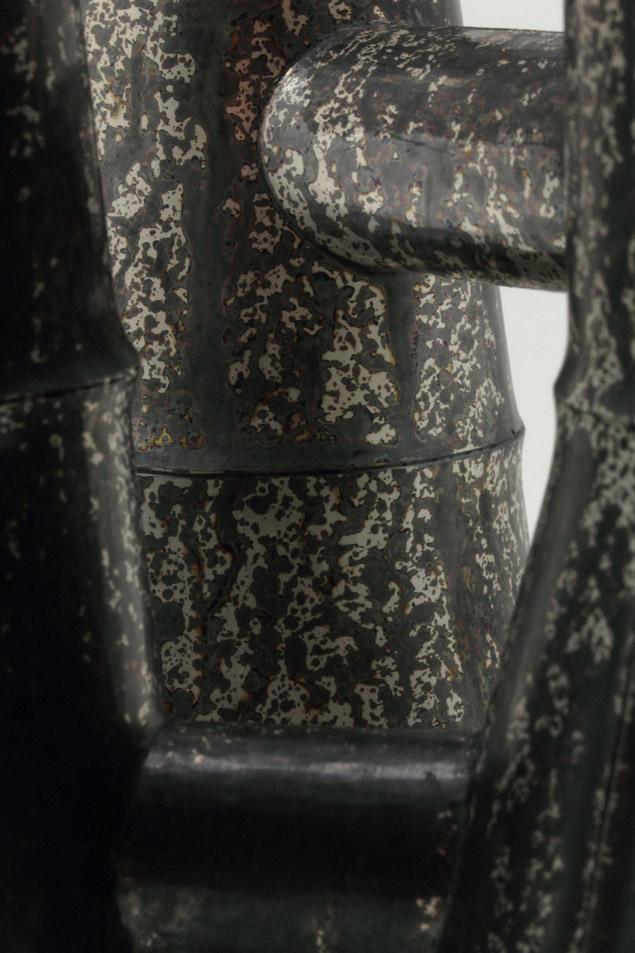 Detalj av vas med komunicerande kärl, silver