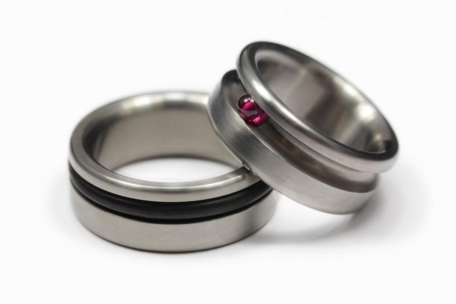 Titanringar med O-ring av gummi och rubinkula
