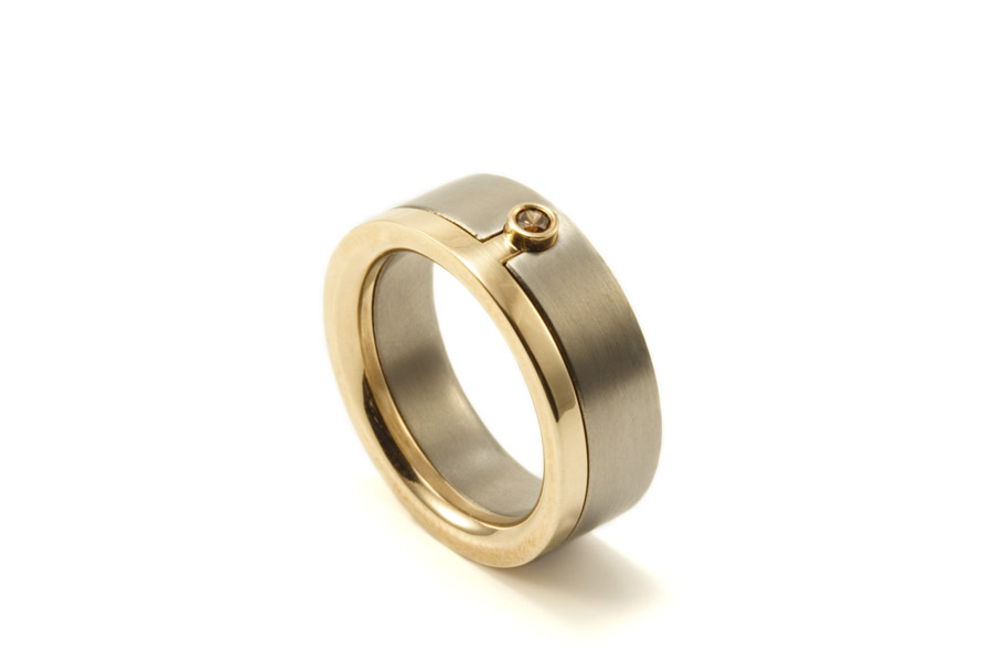 Guldring och titanring som sitter samman med coffeediamant