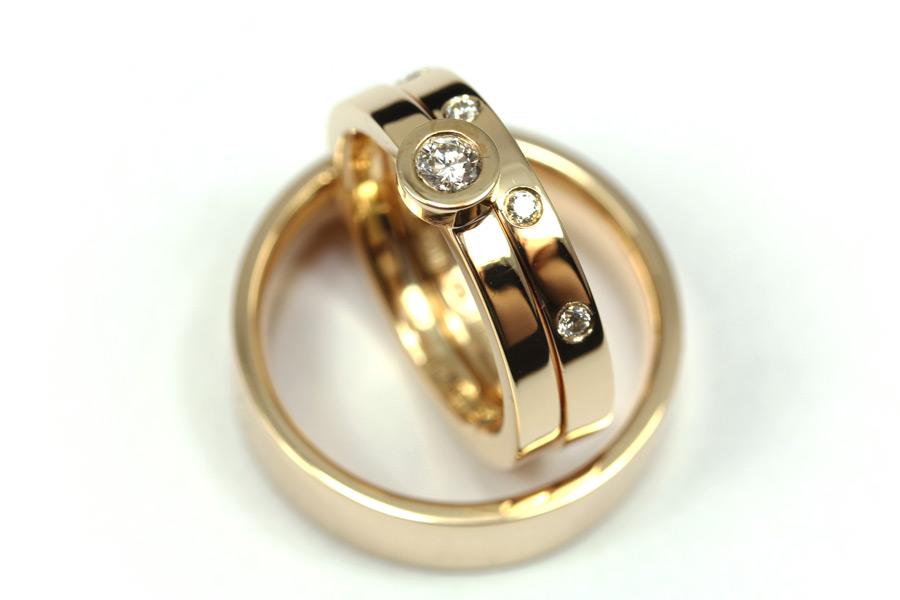 Vigselringar och förlovningsring av guld