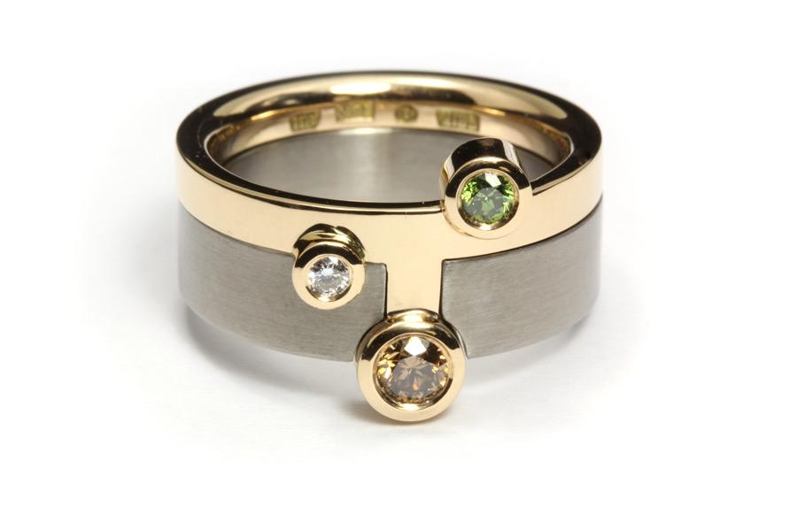 Vigselring av guld och titan med färgade diamanter