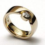 Guldring med excentriskt placerad diamant - Erik Tidäng