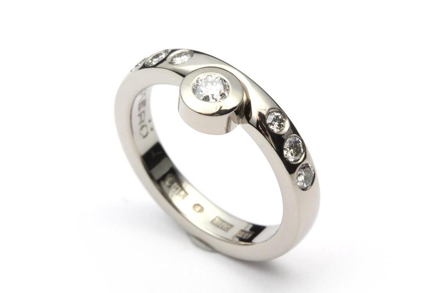 Vitguldsring med vita diamanter - ErikT idäng