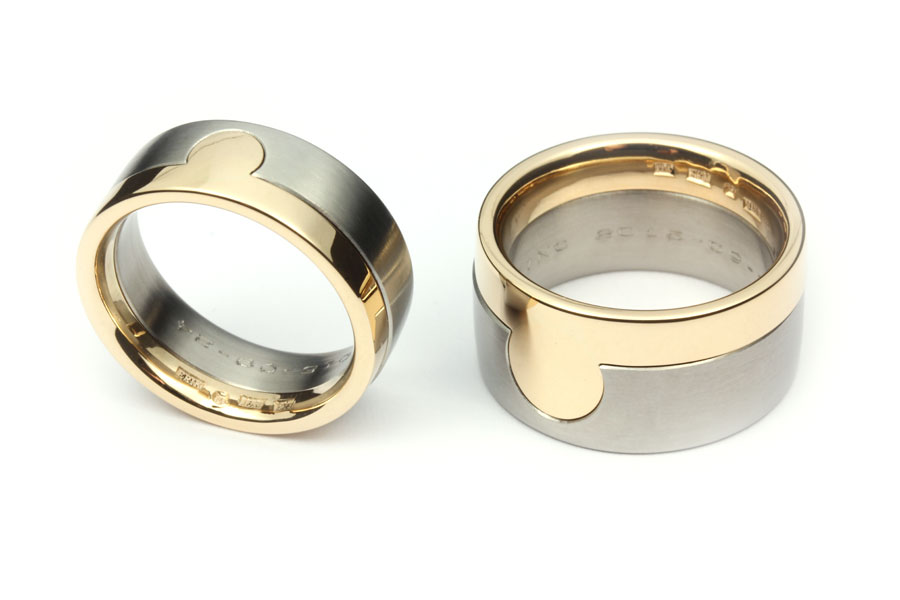 bda4fc30a92d Vigselringen av guld passar som en pusselbit i förlovningsringen av titan.