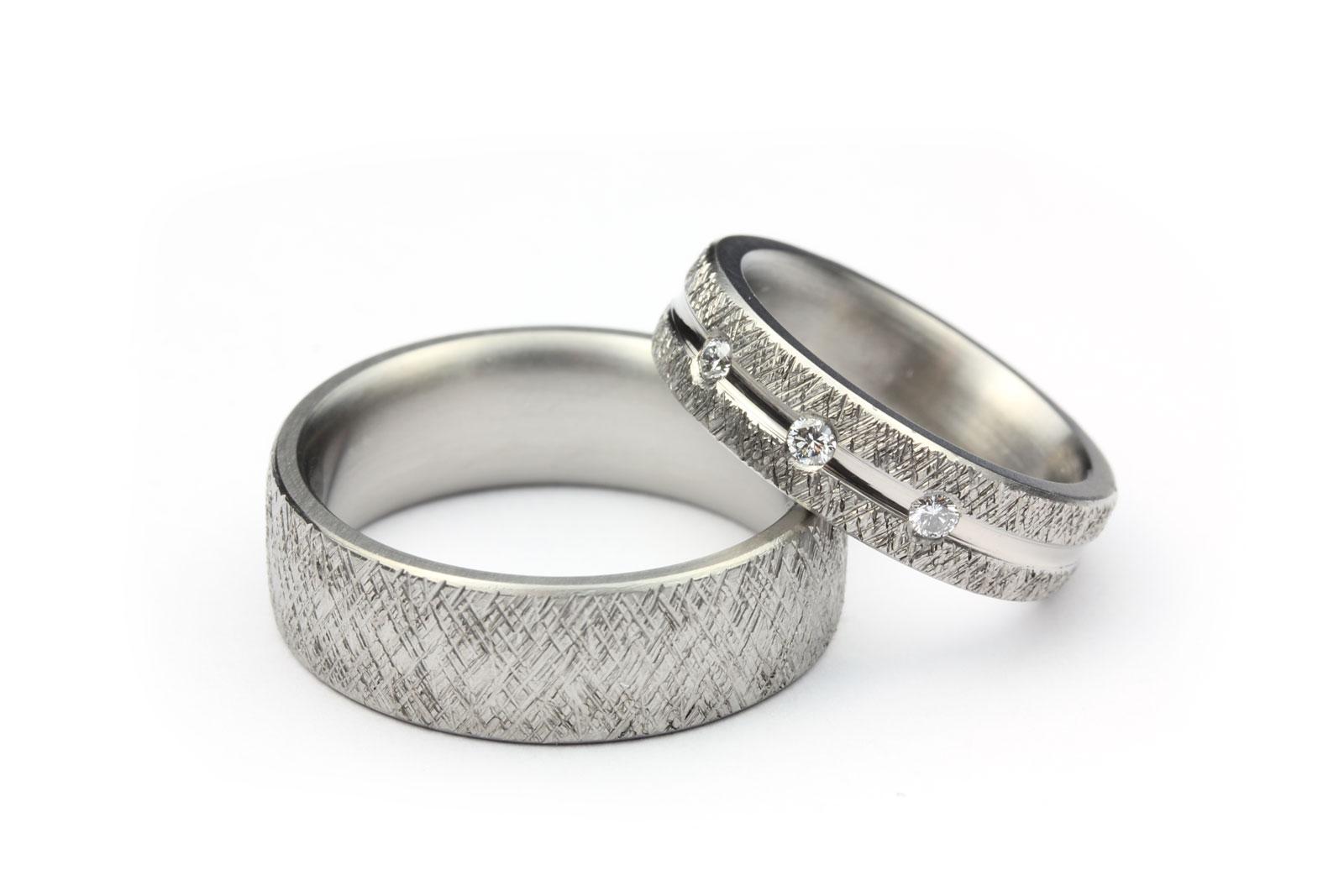 Vigselringar av titan med spår av vitguld med 3 diamanter - Erik Tidäng