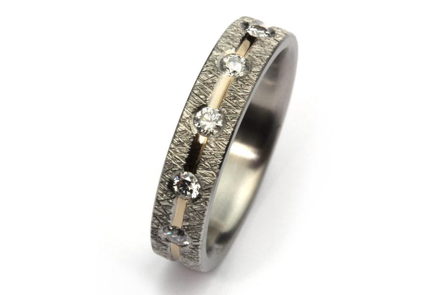 Titanring med spår av guld och 5 diamanter - Erik Tidäng