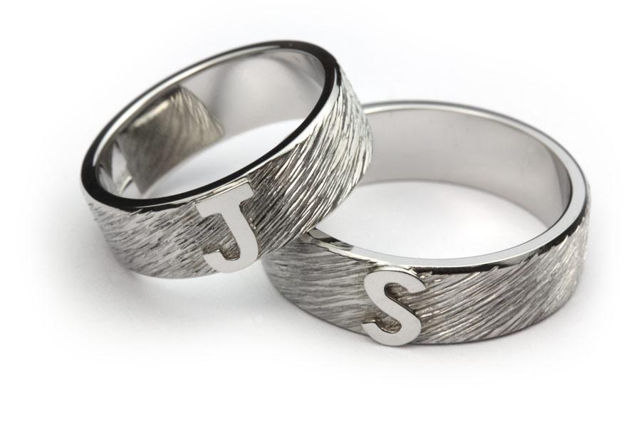 Ringar av platina med initialer - Erik Tidäng