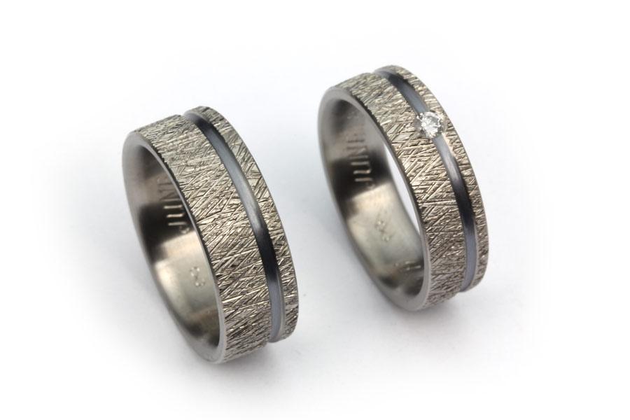 Förlovningsringar av titan och oxiderat silver - Erik Tidäng