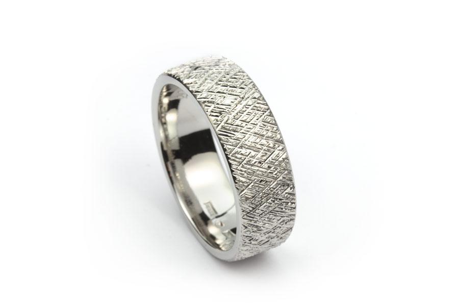 Platina  ring med grovt huggen yta - Erik Tidäng